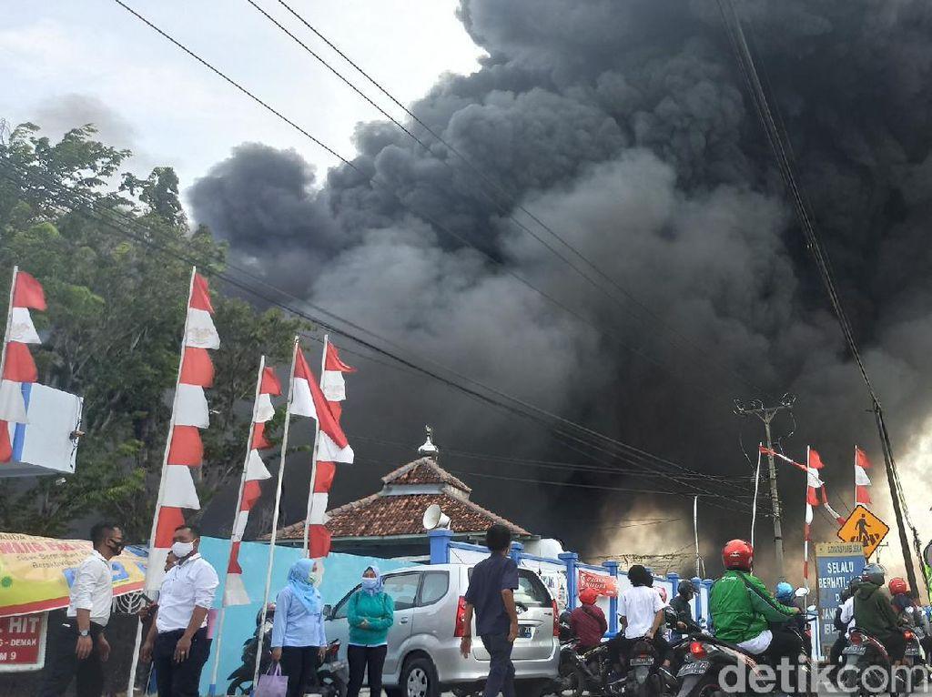 Kebakaran Melanda Gudang Pabrik Elektronik di Demak