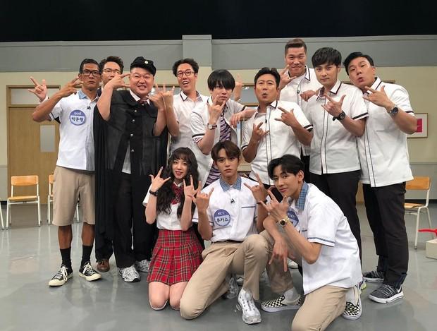 . Variety show ini menggunakan konsep sekolah menengah, dimana para anggotanya berperan layaknya seperti siswa di ruang kelas.