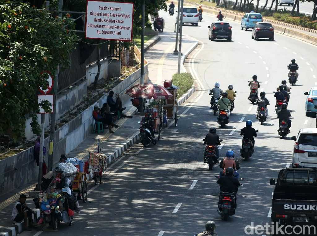 Waduh, PKL Kembali Jajah Trotoar Kawasan Senayan