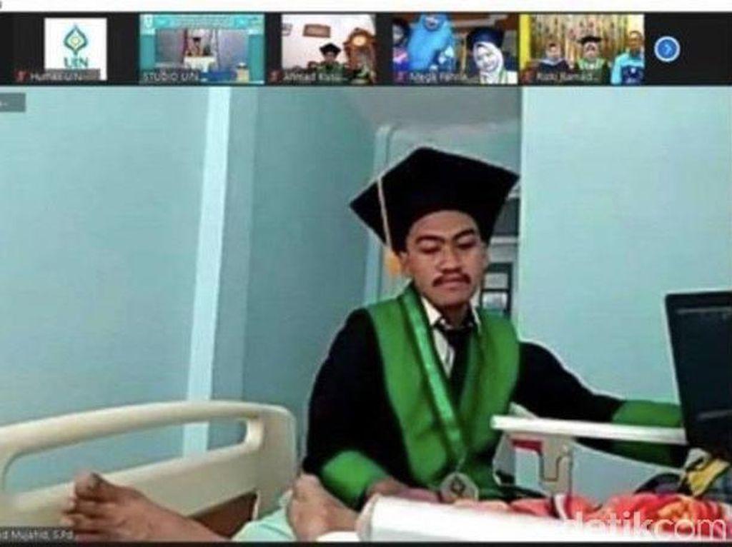 Viral Kisah Haru Mahasiswa Ikut Wisuda Online Sambil Rawat Ortu di Rumah Sakit