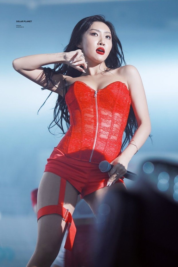 Hwasa dengan Outfit Merah/ Foto: Koreaboo