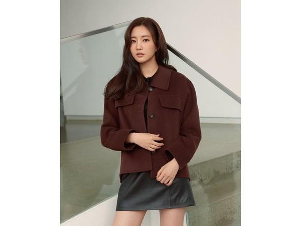 sudah menginjak usia 43 tahun (usia Korea) aktris cantik Kim Sa Rang sepertinya masih asik dengan kesendiriannya.