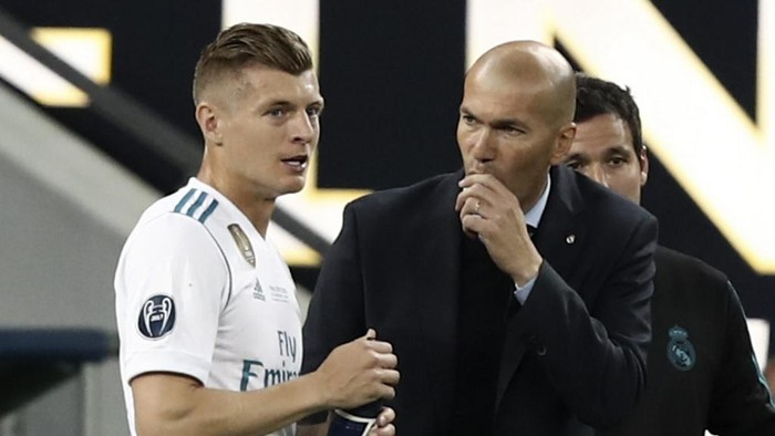 Real Madrids German midfielder Toni Kroos (L) listens to Real Madrids French coach Zinedine Zidane during the UEFA Champions League final football match between Liverpool and Real Madrid at the Olympic Stadium in Kiev, Ukraine on May 26, 2018. (Photo by Isabella BONOTTO / Update Images Press / AFP)