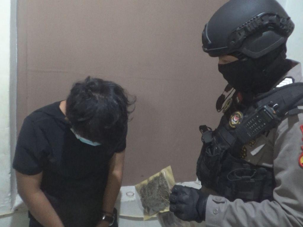 Polisi Tangkap Basah Mahasiswa PTS di Makassar Sedang Isap Ganja