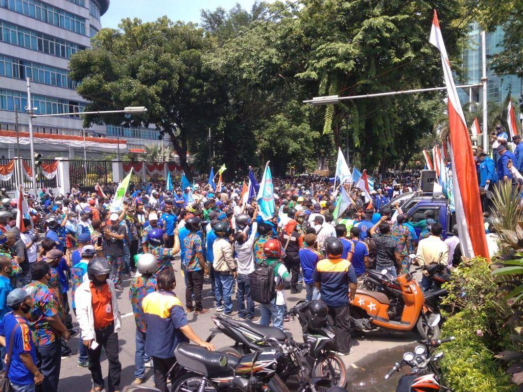 Buruh Demo Tolak Omnibus Law, Jalan di Depan Kantor Walkot Medan Ditutup