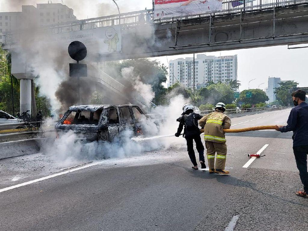 Mobil Terbakar Jangan Disiram Air! Ini yang Harus Dilakukan