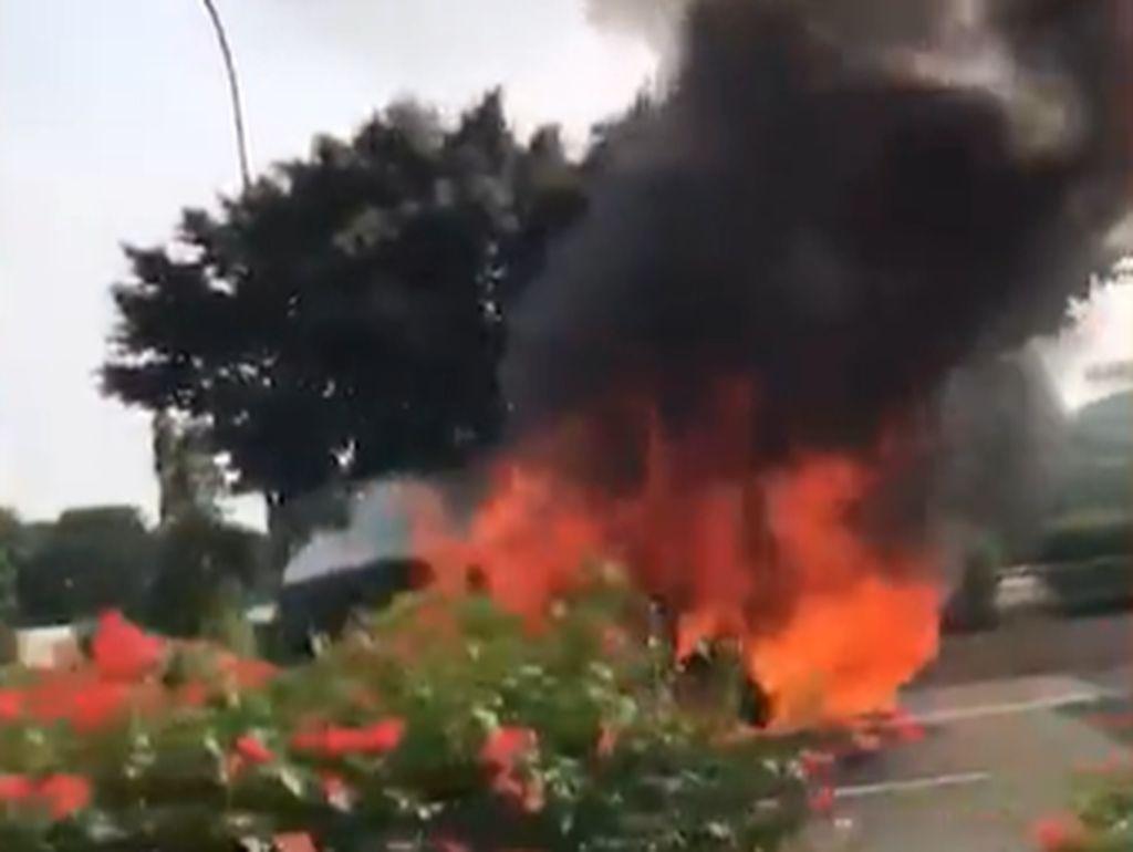 Kendaraan yang Terbakar Habis di Tol Cawang SUV Mewah