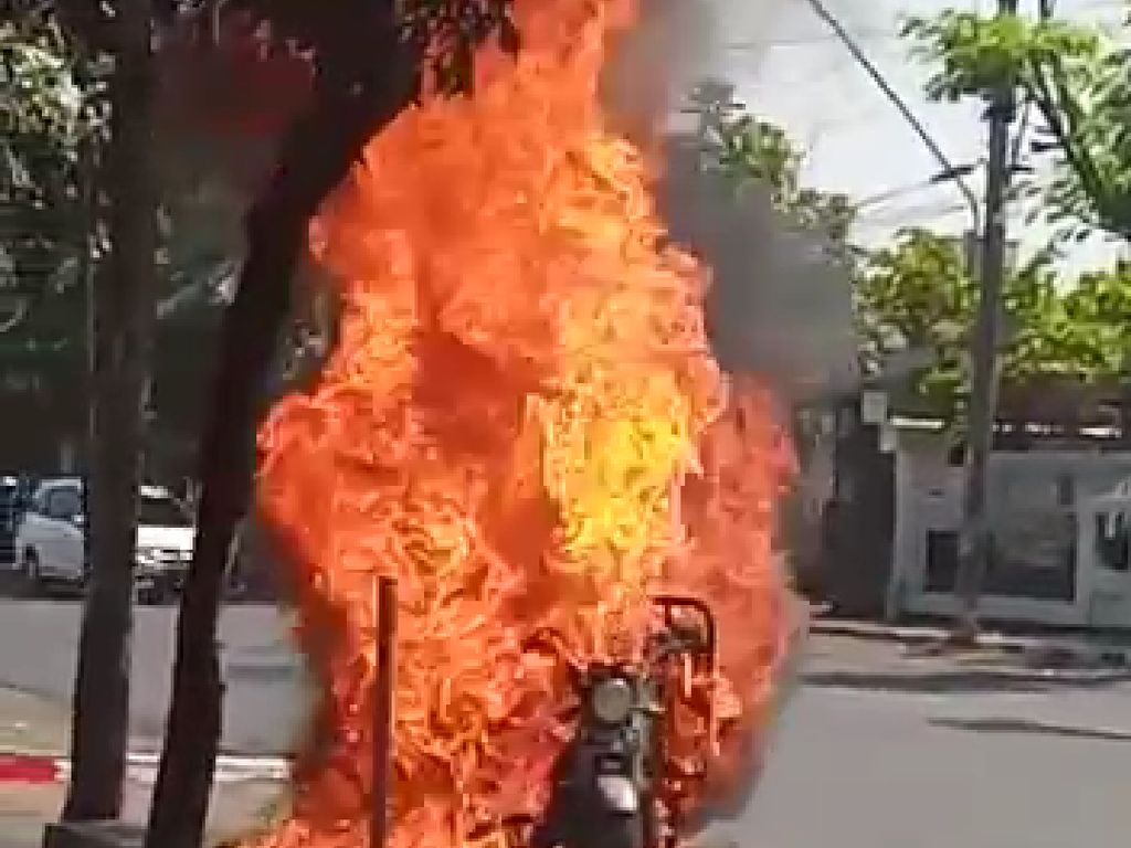 Video Motor Pengangkut BBM Terbakar Hebat Hebohkan Pengguna Jalan