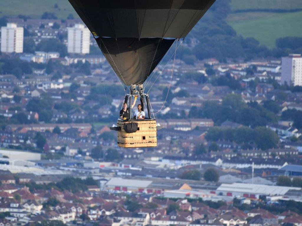 Wow! Musisi ini Main Musik di Atas Balon Udara