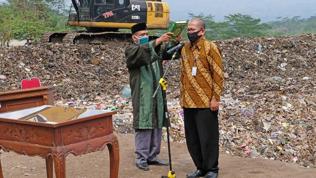 Intip Pelantikan Pejabat di Tempat Pembuangan Sampah