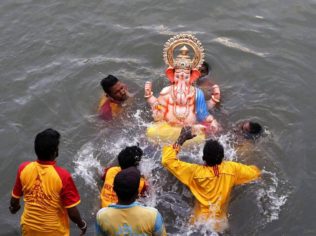 Melihat Perayaan Terakhir Festival Ganesh Chaturthi di India