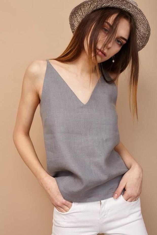 Ubah kaus lama jadi potongan V neck yang saat ini sedang trend.