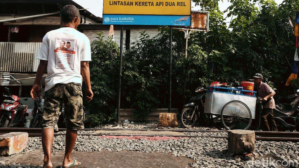 Potret Warga Pinggir Rel Petamburan Saat PSBB Transisi Diperpanjang