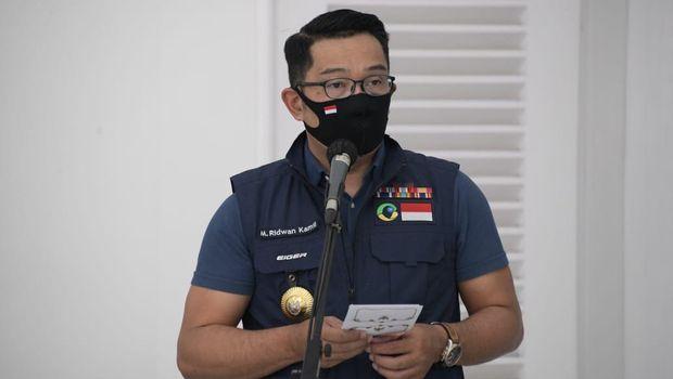 Ridwan Kamil saat menerima bantuan dari perusahaan berupa peralatan melawan Covid-19
