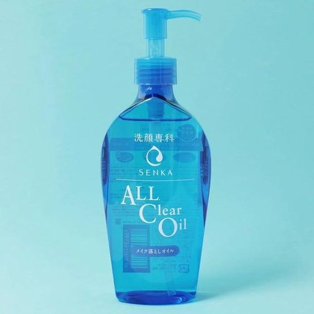 Lalu Somi menggunakan oil cleansing dari produk Shiseido.