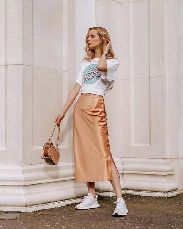 Karena mempunyai bahan dasar sedikit sutra, silk skirt sangat nyaman dipakai.