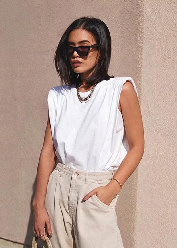 Tampil simple namun stylist dengan potongn sleeveless.