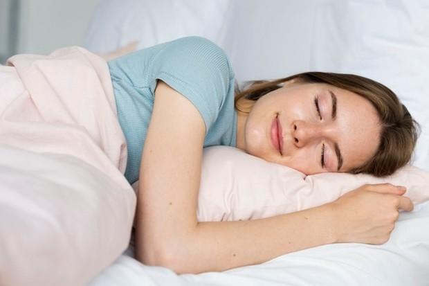 Tidur yang nyenyak akan membuat kulitmu terlihat lebih cerah dan akan mengurangi kantong-kantong hitam di bawah mata.