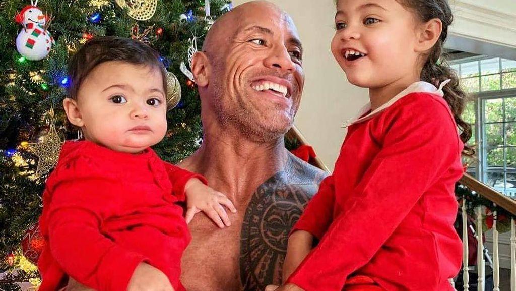 7 Potret Keluarga Dwayne Johnson yang Positif Corona