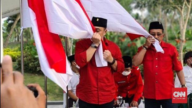 Wali Kota Surabaya, Tri Rismaharini mengatakan calon penerusnya, Eri Cahyadi, yang dicalonkan PDI Perjuangan di Pilkada Surabaya 2020, bakal menjadi kader partai banteng.