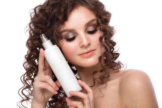 Kamu hanya perlu menyemprotkan hair spray pada kapas secukupnya. Kemudian, usapkan kapas secara searah dan perlahan pada kuku sampai kuteks menghilang seluruhnya