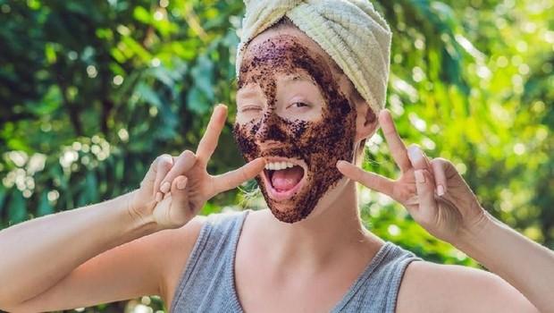 Selama menggunakan The OrdinaryPeeling Solution, disarankan tidak melakukan scrub wajah atau eksfoliasi lainnya.