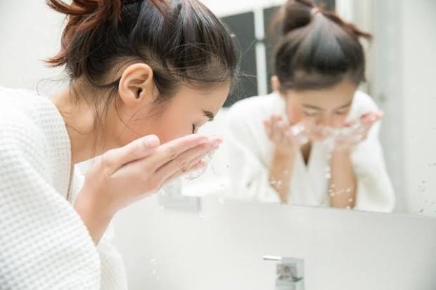 Setelah mengaplikasikan The Ordinary Peeling Solution, bersihkan atau bilas wajah dengan air dingin atau air biasa.