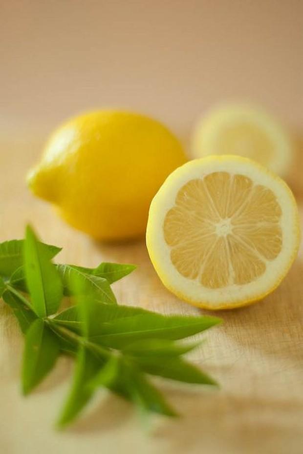 kombinasi antara cuka dan lemon sama-sama memiliki sifat asam yang efektif untuk membersihkan cat kuku.