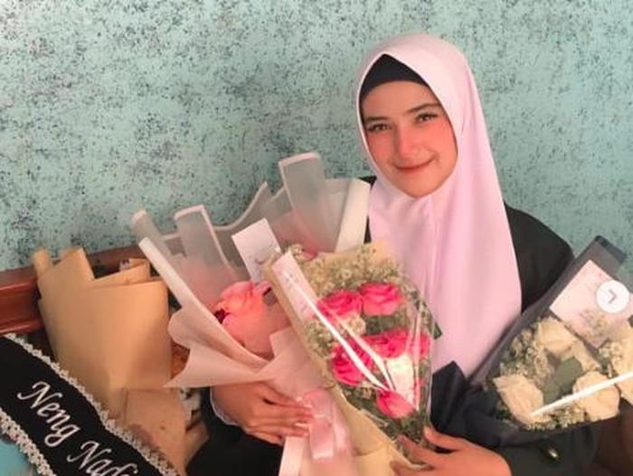 Nadya Mustika lulus kuliah
