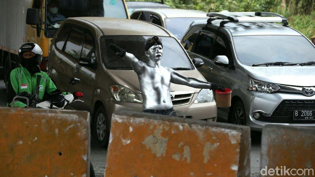 Potret Manusia Silver yang Menjamur di Kota Bekasi