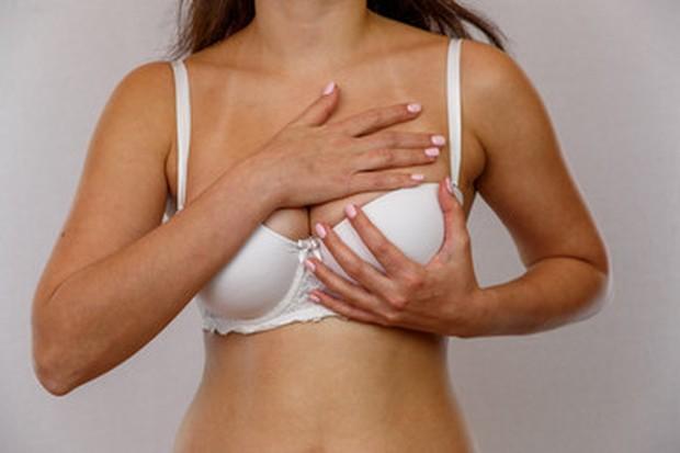 Kamu juga dapat mengaplikasikan krim yang dapat mencegah dan menyamarkan stretch marks selama pemijatan untuk mendapatkan hasil terbaik.