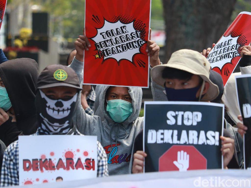Tolak Deklarasi KAMI di Bandung, Puluhan Orang Demo di Depan Gedung Sate