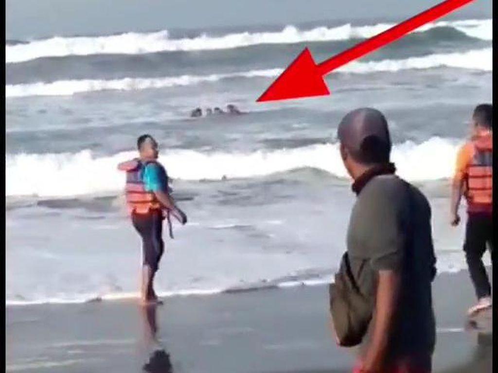 4 Wisatawan Tergulung Ombak Pantai Parangtritis Yogya, 1 Hilang