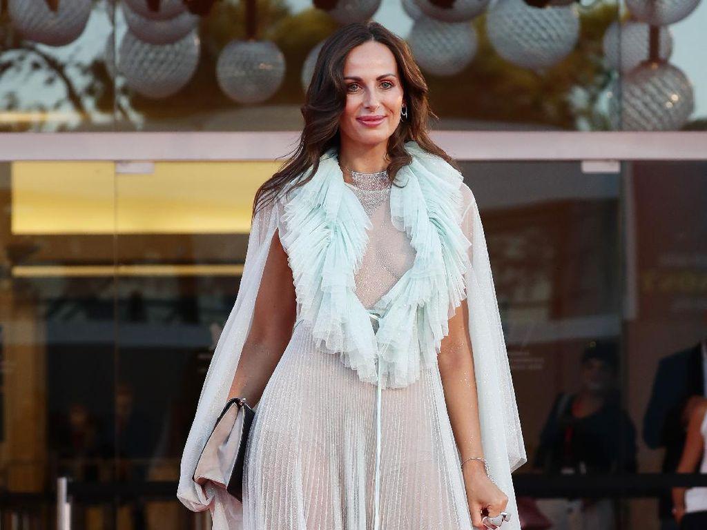 Bikin Heboh, Model Ini Kenakan Gaun Transparan di Venice Film Festival