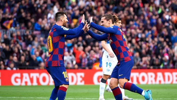 BARCELONA, SPAIN - DECEMBER 21: Antoine Griezmann of FC Barcelona celebrates with his teammate Lionel Messi after scoring the opening goal during the La Liga match between FC Barcelona and Deportivo Alaves at Camp Nou on December 21, 2019 in Barcelona, Spain. (Photo by Alex Caparros/Getty Images)