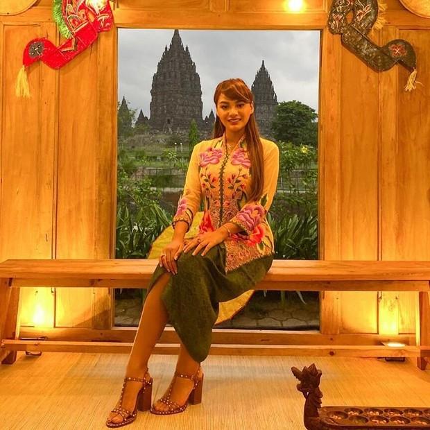 Aurel Hermansyah menggunakan kebaya Jawa