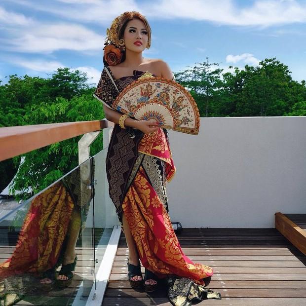 Aurel Hermansyah menggunakan kebaya Bali