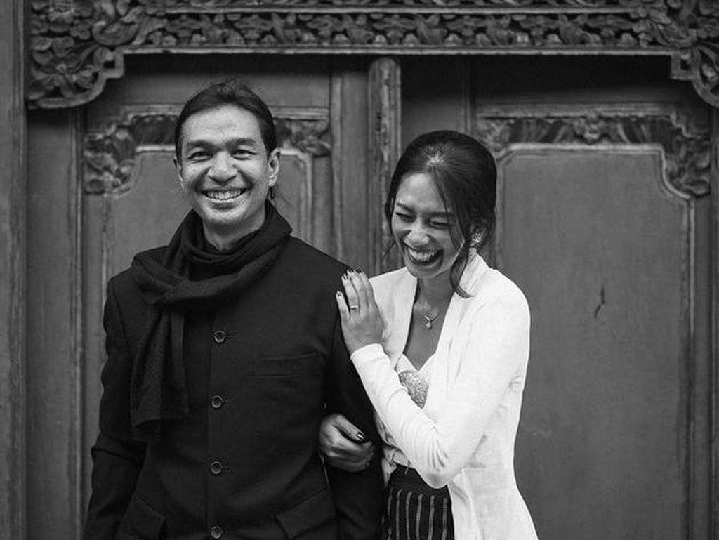 Potret Kebahagiaan Dimas Djay Bertunangan dengan Faradina Mufti