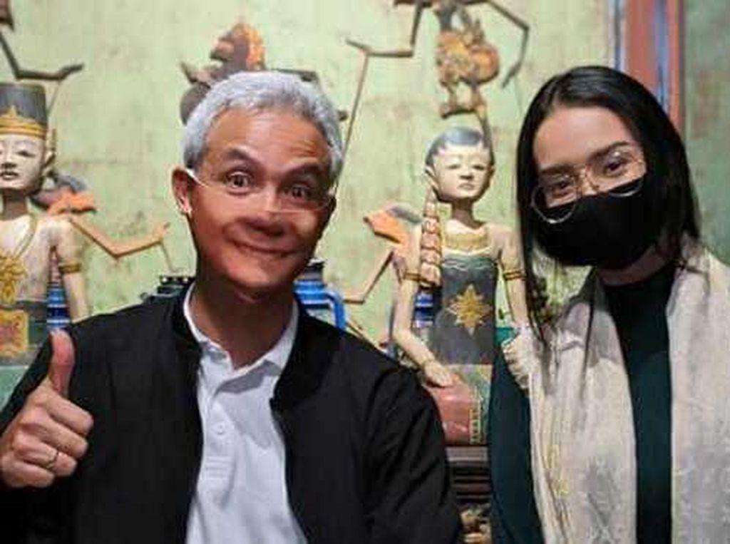Ganjar Pranowo Nongkrong Bareng Gibran dan Anya Geraldine di Angkringan