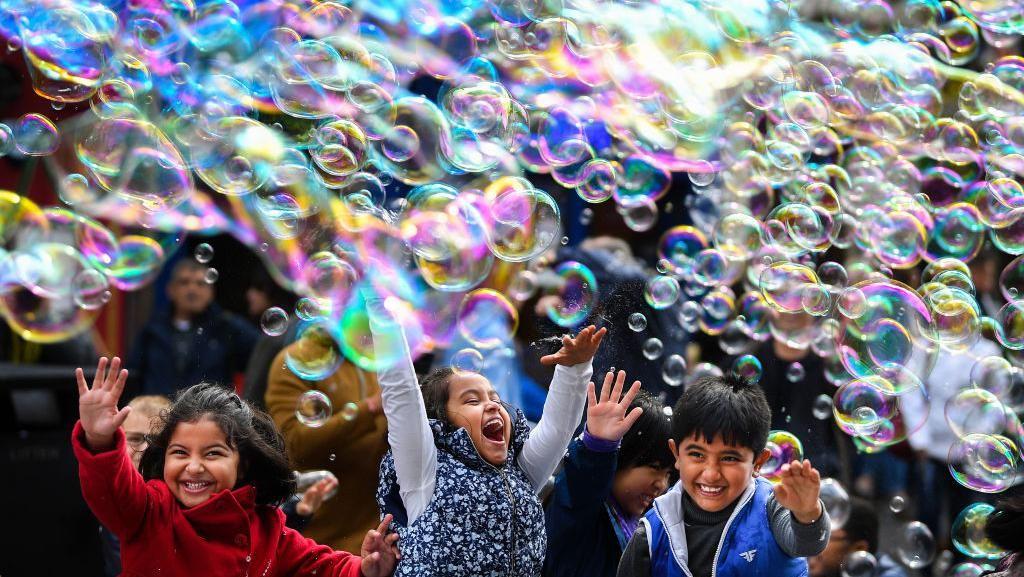 Tawa Anak-anak di Tengah Warna-warni Gelembung Sabun