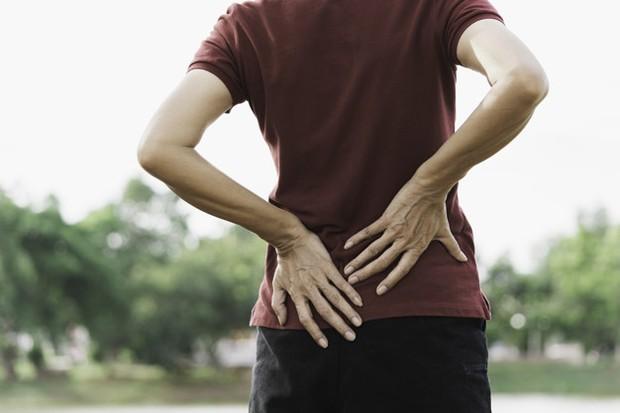 terlalu sering mengangkat benda berat tanpa istirahat yang cukup bisa menyebabkan nyeri punggung.
