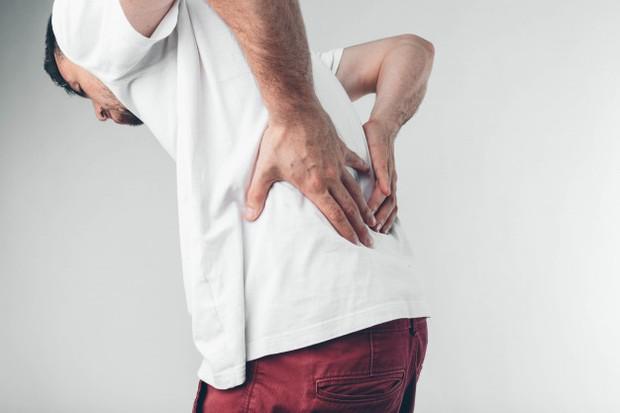 memindahkan atau mengangkat barang dengan posisi tidak tepat, itu bisa membuat otot atau ligamen menjadi tegang yang menyebabkan nyeri punggung bawah