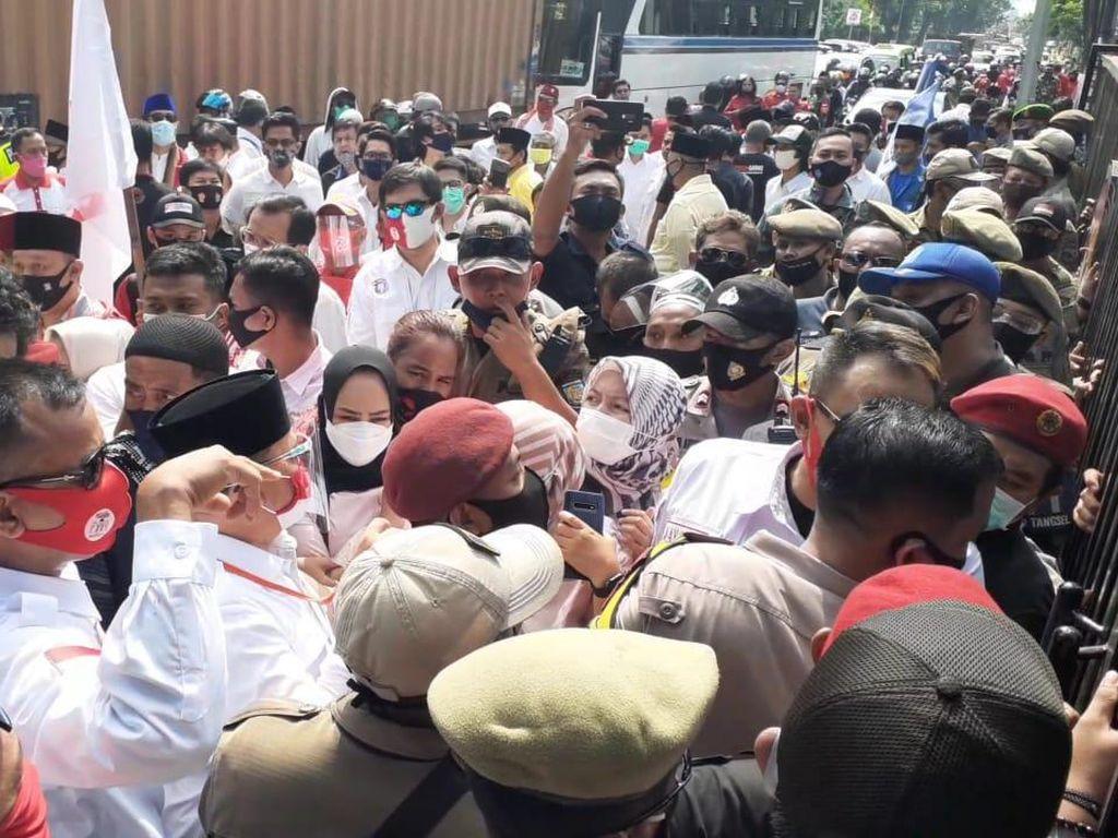 Tak Boleh Masuk, Pro-Muhamad-Saraswati Sempat Berkerumun di Luar KPU Tangsel
