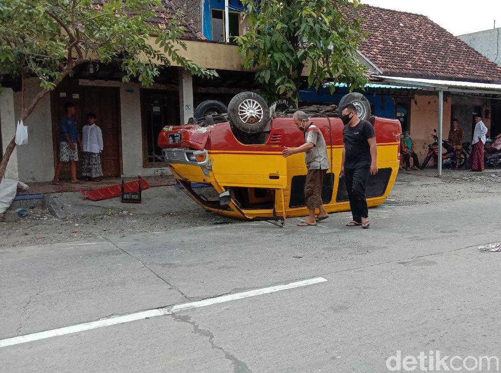 Mini Bus Terbalik di Jalan Kudus-Grobogan, Ternyata Bermuatan Miras