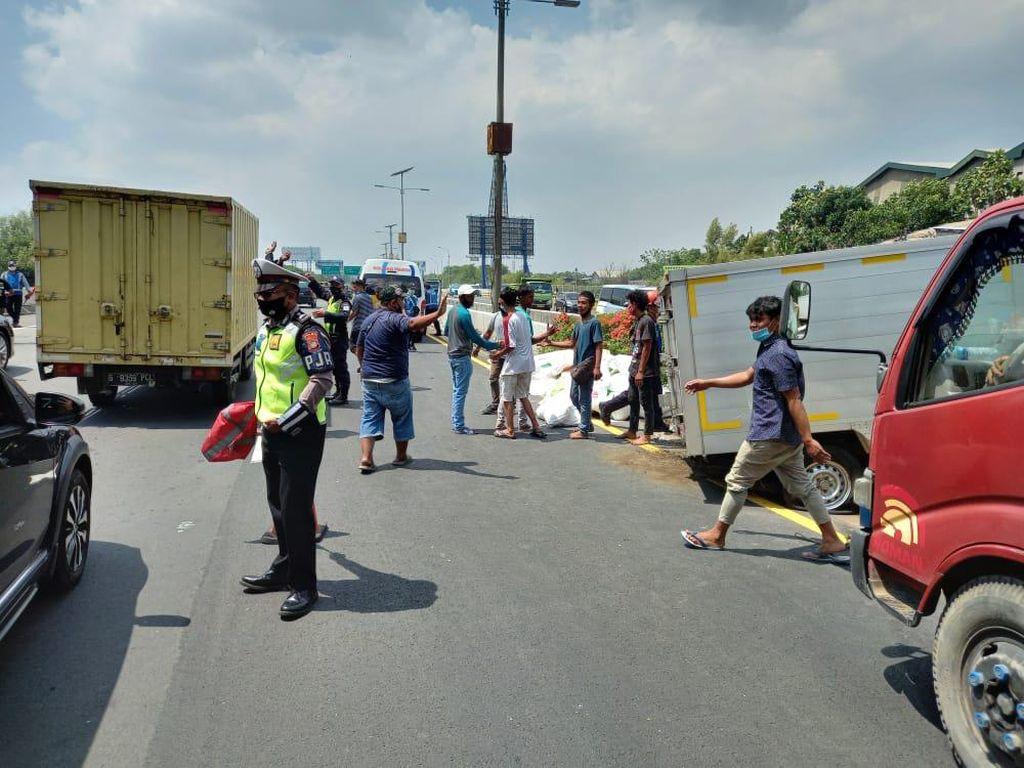 Mobil Boks Terguling di Tol Bandara Akibat Pecah Ban, Lalin Sudah Normal