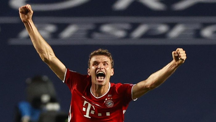 Bayern Munichs German forward Thomas Mueller celebrates after winning at the end of the UEFA Champions League final football match between Paris Saint-Germain and Bayern Munich at the Luz stadium in Lisbon on August 23, 2020. (Photo by MATTHEW CHILDS / POOL / AFP)