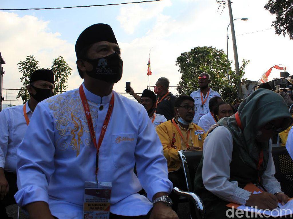 Daftar ke KPU Bandung, Nia Kurnia Didampingi Suaminya Dadang Naser