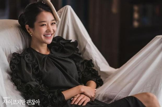 Dress warna hitam dengan ruffle yang penuh di bagian lengan terlihat sangat anggun