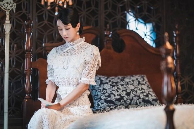 gaun warna putih yang menawan membuat Seo Ye Jin seperti princess