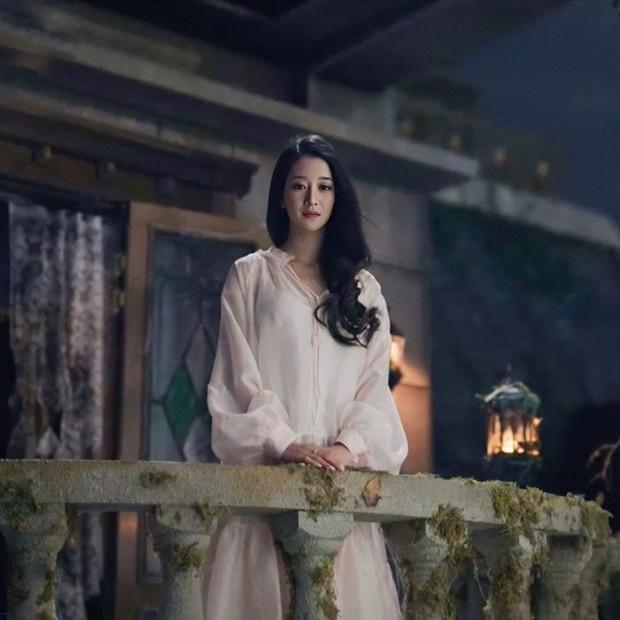 Outft yang biasa-biasa saja bisa terlihat berkelas saat dipakai Seo Ye Jin.